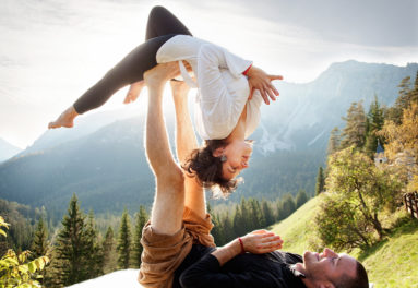 acroyoga- paar- natur-outdoors